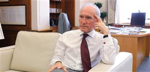 诺丁汉大学校长:大卫·格林纳威爵士        英国诺丁汉大学校长,经济学教授。目前担任英国军队薪酬评鉴委员会主席。他也曾任世界银行、欧盟委员会、联合国、关税与贸易总协定以及英国财政部的顾问。