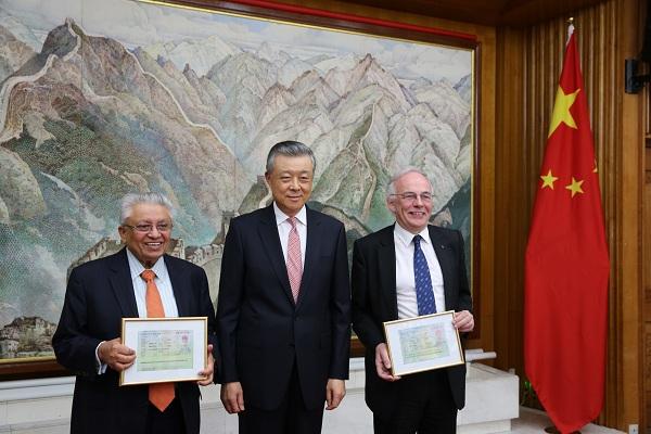 刘晓明为英国专家颁发外国人才签证