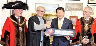 """中国银行伦敦分行行长获伦敦金融城""""荣誉市民""""称号"""