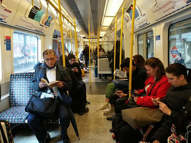 外国人坐地铁时都在做些什么?